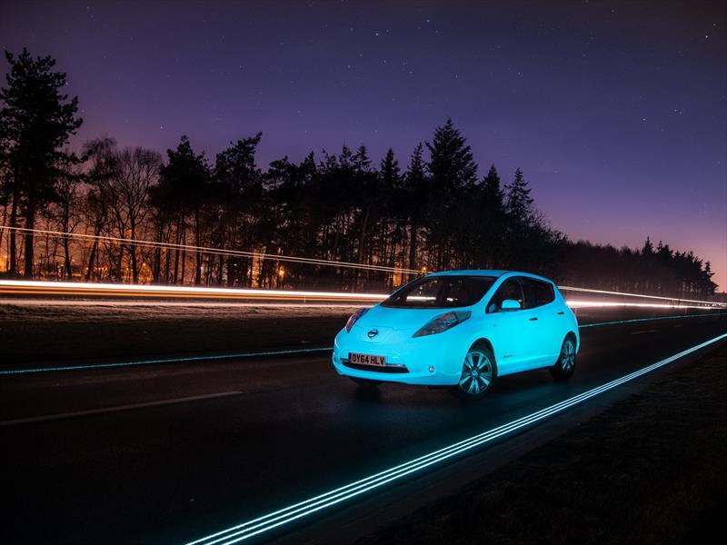 La autopista que brilla en la noche