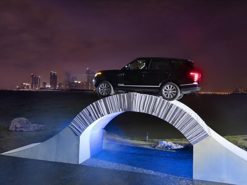 Range Rover y el puente de papel