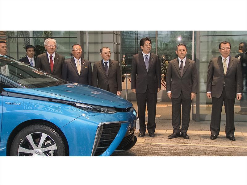 Primer Ministro de Japón y el primer Toyota Mirai