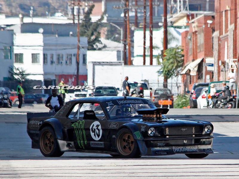 Ken Block haciendo drift con Mustang