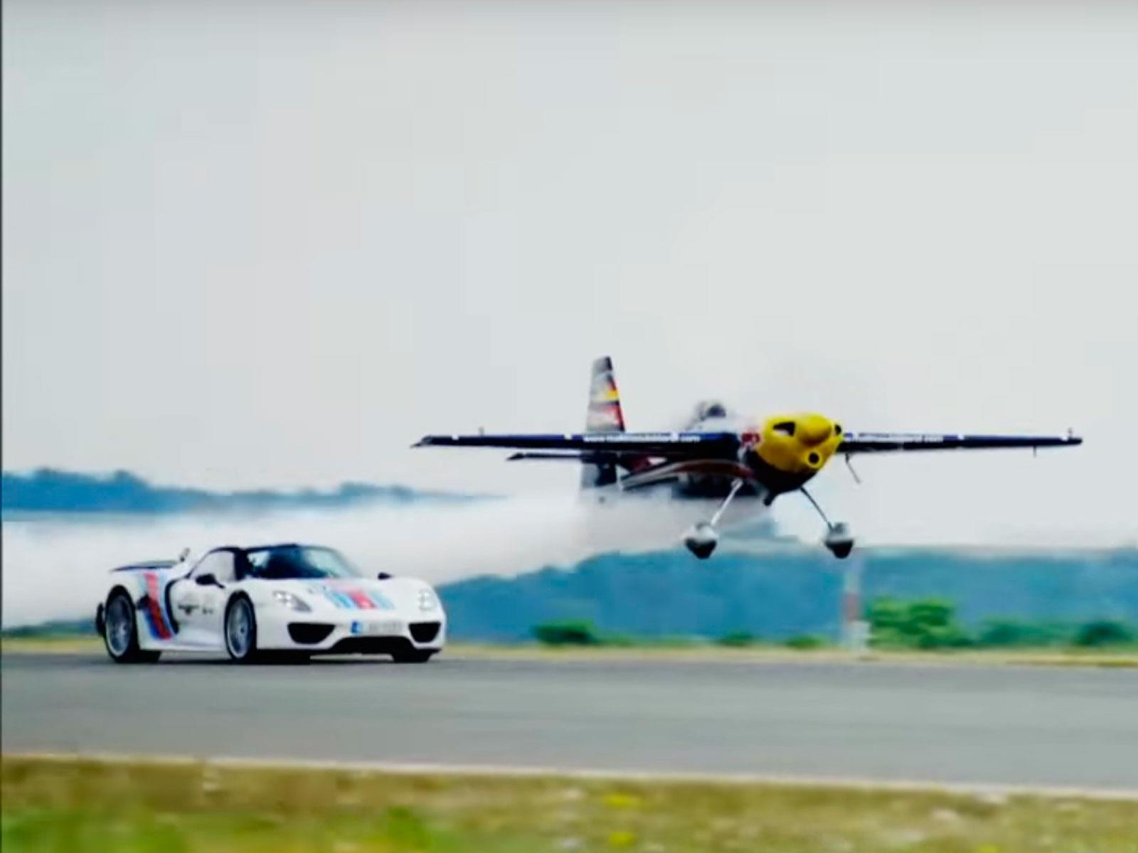 Porsche 918 Spyder Vs. avión ¿quién es más rápido?
