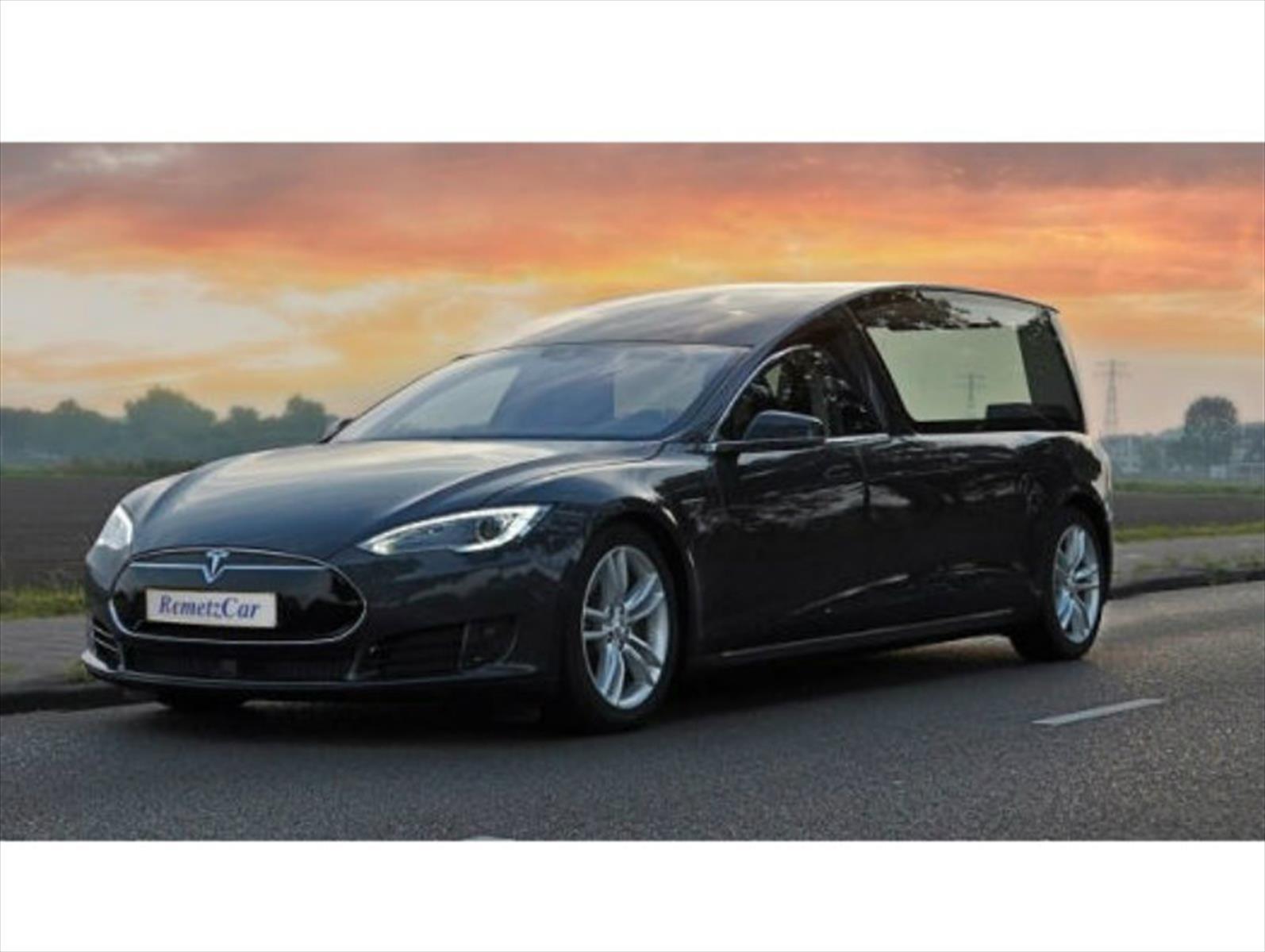 Tesla Model S convertido en carroza fúnebre, ideal para Halloween