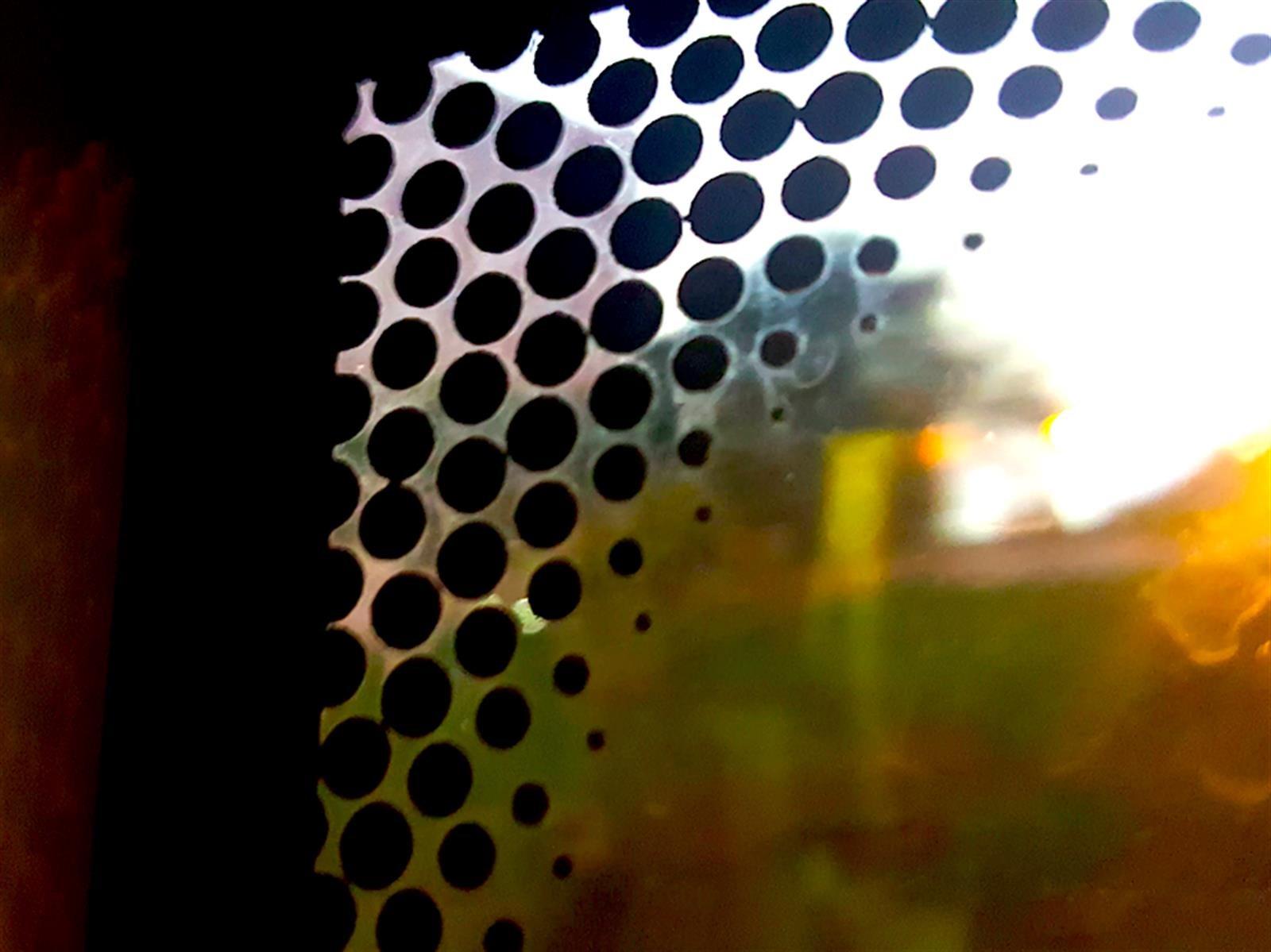 Enigma resuelto: ¿Para qué son los puntitos negros de la ventanilla?