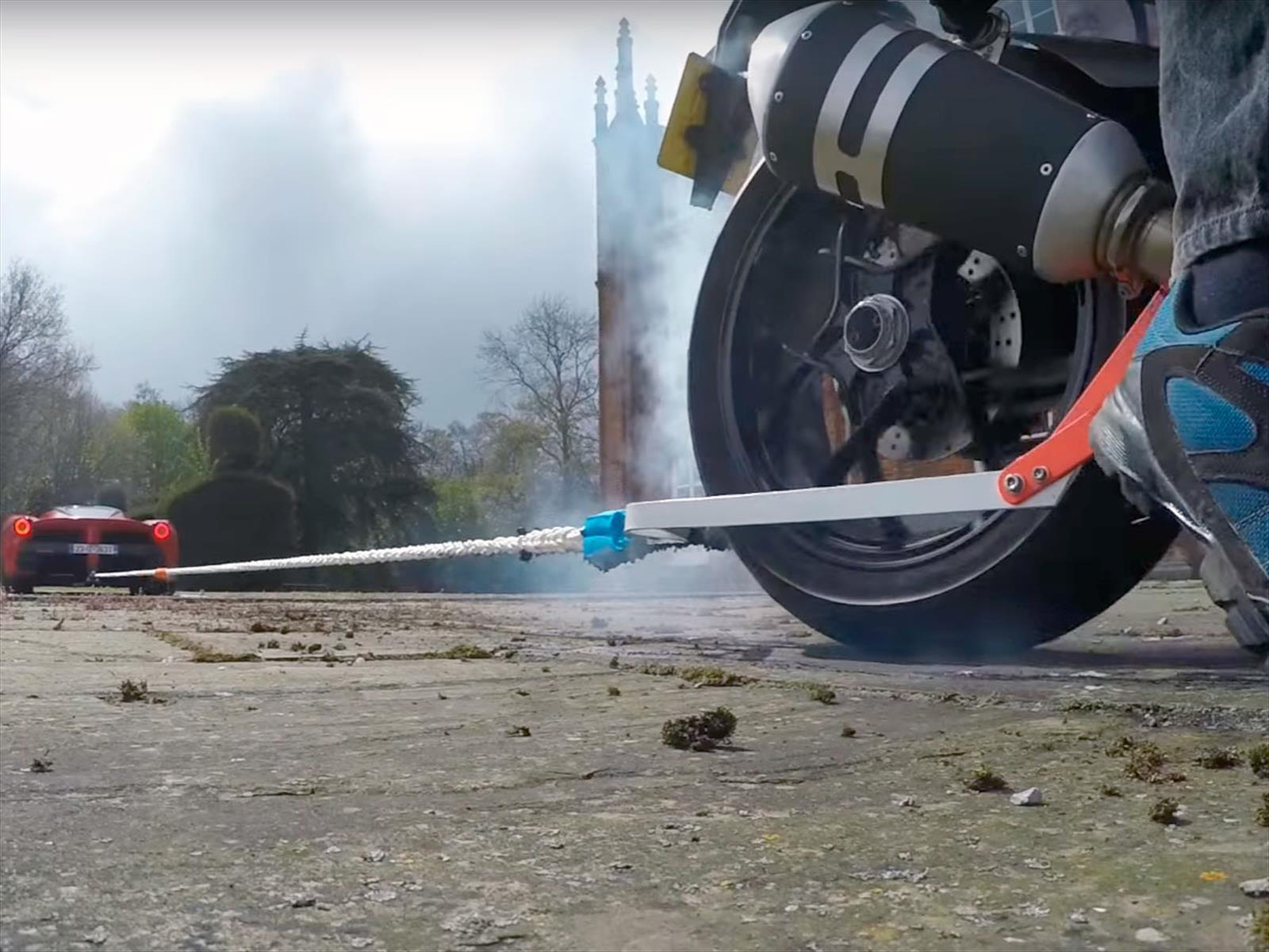 Video: Una cinchada entre una LaFerrari y una KTM Super Duke