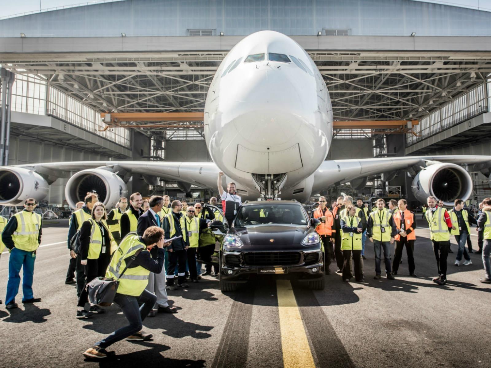 Airbus 380 es remolcado por un Porsche Cayenne