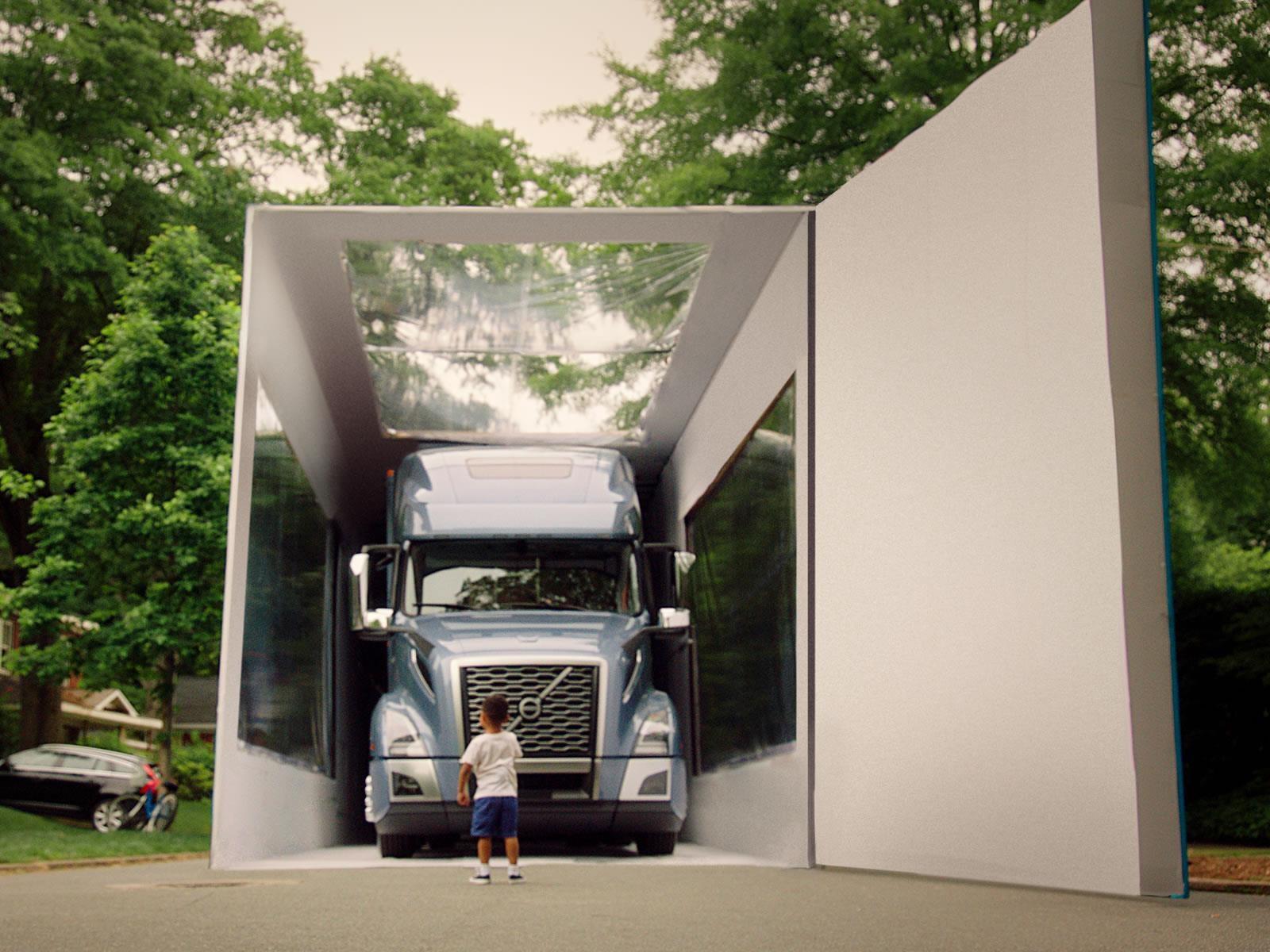 Volvo Trucks bate Récord Guinness por el Unboxing del objeto más grande del mundo