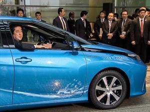 Primer Ministro de Japón estrena el primer Toyota Mirai