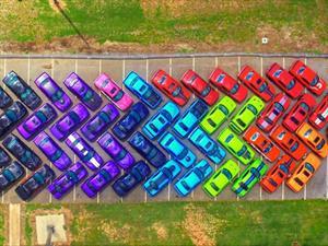 Crean arcoíris con coloridos Dodge Challenger