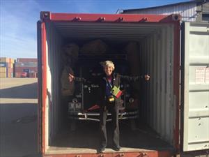 Mujer alemana le da la vuelta al mundo en su auto clásico