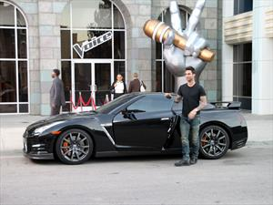Adam Levine canta a bordo de un Nissan GT-R 2015