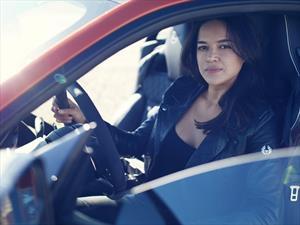 Michelle Rodríguez probó al límite el Jaguar F-Type SVR