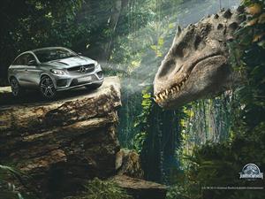 Mercedes-Benz entre dinosaurios