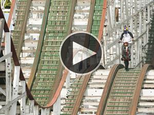 Video: haciendo acrobacias en una montaña rusa, pero en moto