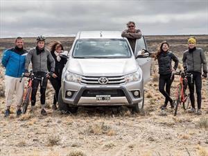 La Toyota Hilux patrocinó a dos ciclistas récord