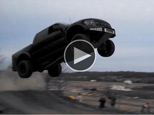 Video: Una Ford F-150 Raptor que vuela por los aires