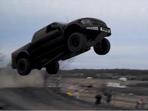 Video: Una Ford F-150 Raptor vuela por los aires