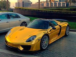 Porsche 918 Spyder vestido de color dorado