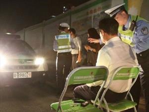 Peculiar castigo en China a conductores que transitan con las luces altas en la ciudad