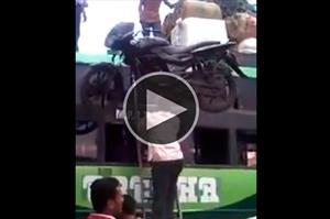 Video: Usando la cabeza para levantar una moto