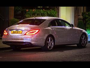 Socialité rusa cubre su Mercedes-Benz con 1 millón de cristales de Swarovski