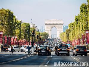 Moda y autos, combinación perfecta en Champs-Élysées