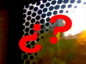 ¿Te has preguntado para que son los puntitos negros de las ventanas?