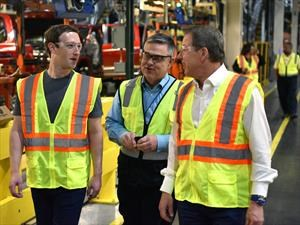 Mark Zuckerberg recorre la factoría de Ford en Michigan