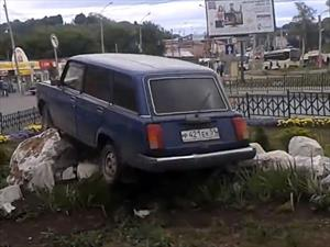 Choca su auto y crea un monumento a los malos conductores