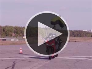Video: Un aspirante a suicida salta dos motos que pasan a 110 Km/h