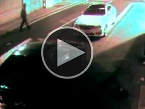 Mal karma: quiere robar un auto con un ladrillazo y el coche se lo devuelve