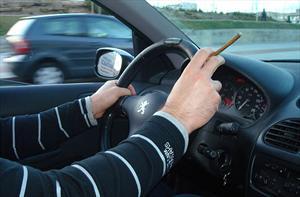 Estudio revela qué tan contaminante es el interior del auto de un fumador