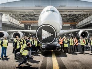 Porsche Cayenne remolca un Airbus de 385 toneladas