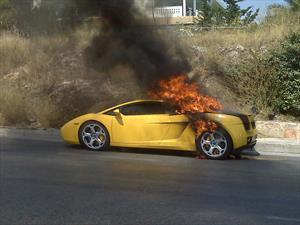¿Qué causa que un auto se incendie?