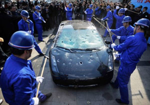 Destruyen Lamborghini Gallardo a martillazos en China