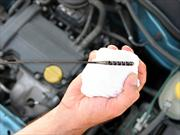 ¿Sabes cuál es la manera correcta de revisar el aceite del motor?