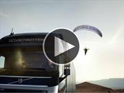 Video: Parapentista es llevado por un camión Volvo