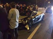 McLaren P1 chocado en China