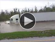 Increíble manera en que este tráiler cruza por un camino inundado