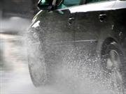 10 consejos para manejar seguro bajo la lluvia