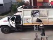 Video: Deja corriendo el camión solo para después recolectar la basura