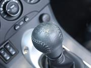 ¿Por qué mi automóvil de transmisión manual hace un ruido muy fuerte cuando va en reversa?