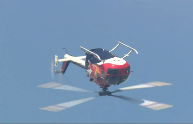 El piloto de F1 Mark Webber disfruta haciendo backflips en helicóptero
