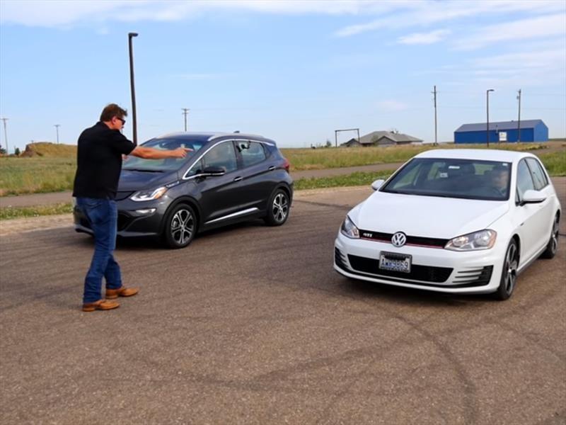 Volkswagen Golf GTI vs Chevrolet Bolt EV, ¿cuál gana un arrancón?