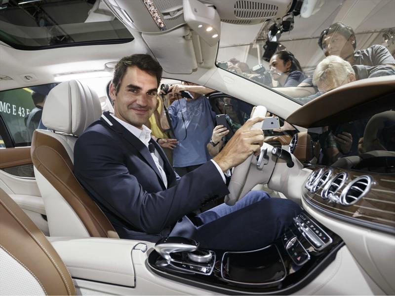 Roger federer presenta el mercedes benz clase e estate for Roger federer mercedes benz contract