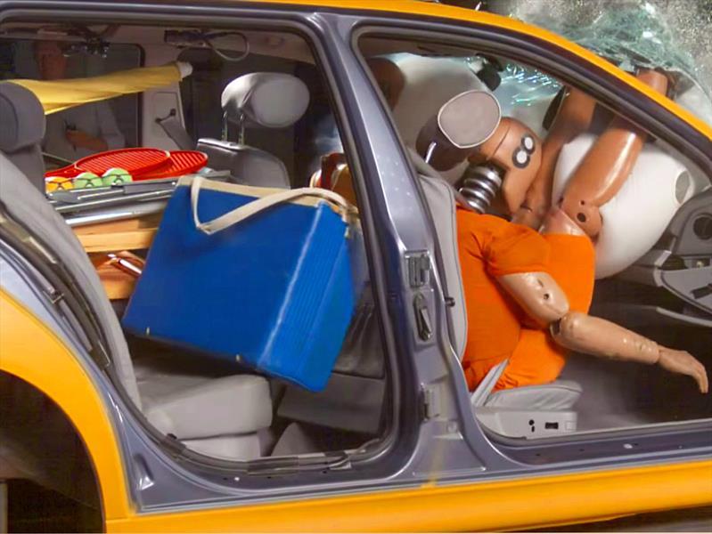 Descubre porqué no debes llevar objetos sueltos en los asientos del carro