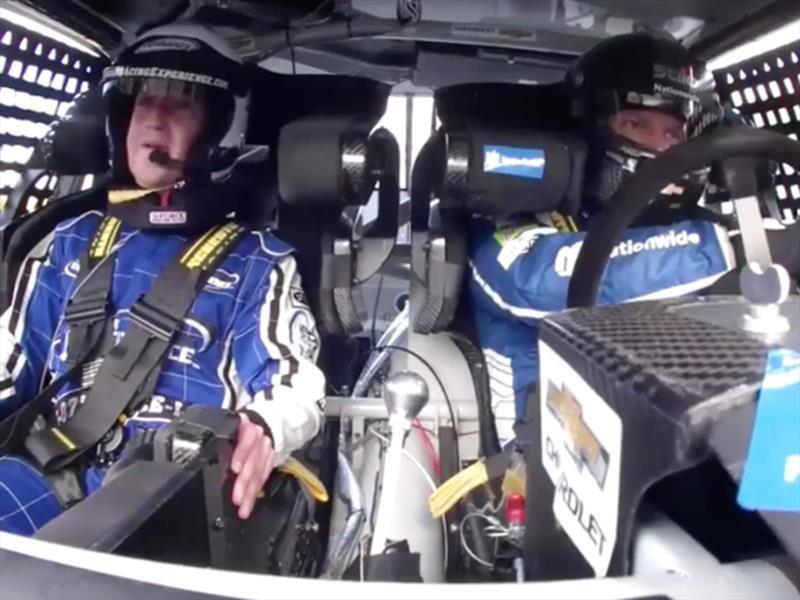 Mark Zuckerberg se sube a un auto de NASCAR