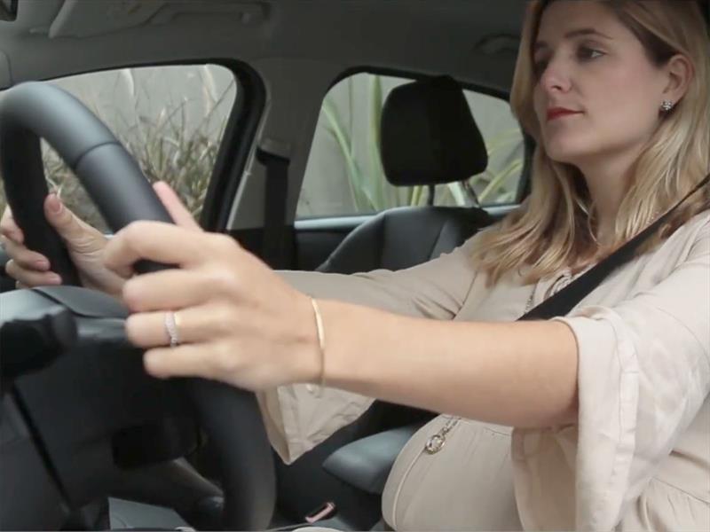 Así se debe colocar el cinturón de seguridad durante el embarazo