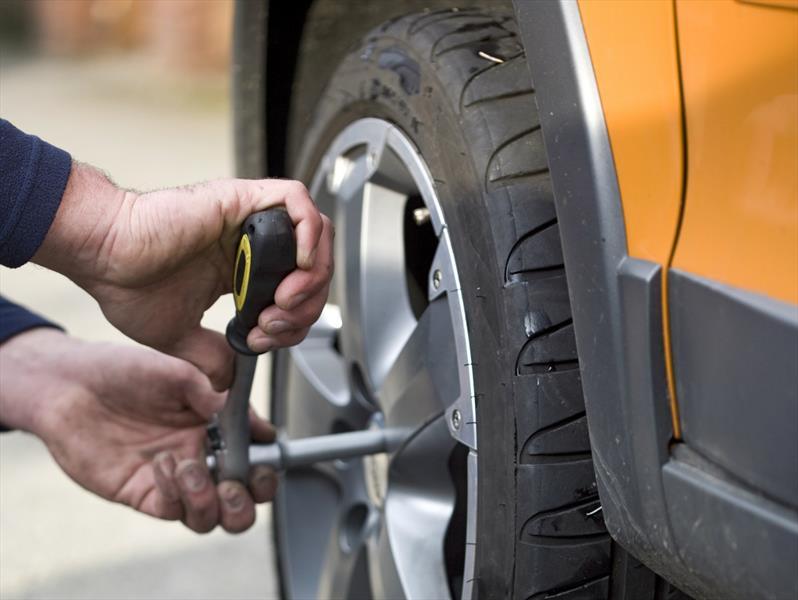10 pasos para cambiar correctamente un neumático