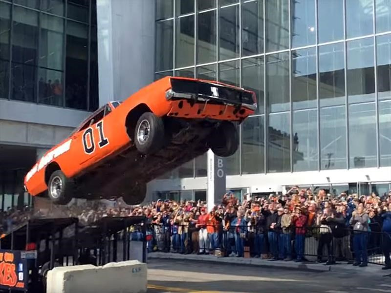 Dodge Charger 1969 del General Lee salta en Detroit