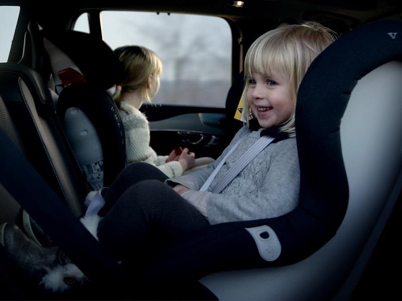 Volvo desarrolla nuevas sillas de auto para ni os for Asiento para ninos auto